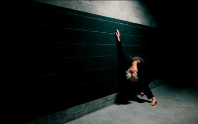 Corps à corps, mains et mur liés