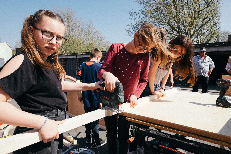 Des jeunes du Centre Social & Culturel de Marcq-en-Barœul participent à l'atelier de fabrication de modules de parkour.