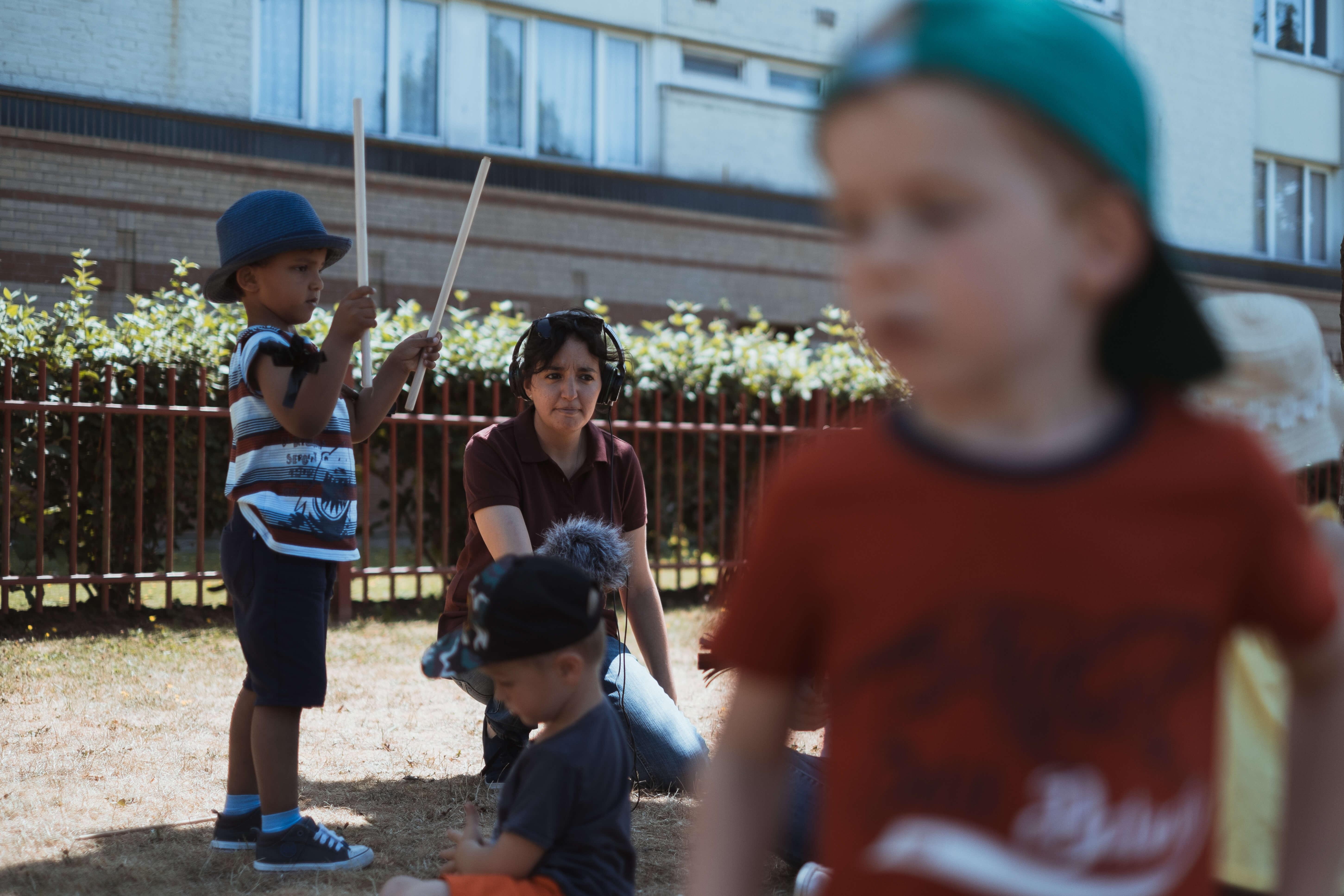 Louezna enregistre et interview des enfants du Centre Social & Culturel de Marcq-en-Barœul pendant un atelier d'initiation aux arts du cirque avec l'association Badinage artistique.