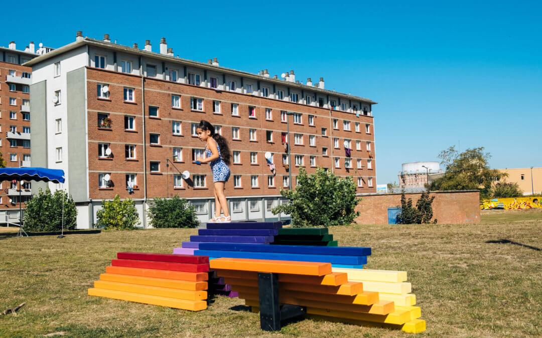 BEL ENDROIT | Faubourg de Bethune (suite) – Inauguration des Rainbow Benches de  Quintessenz